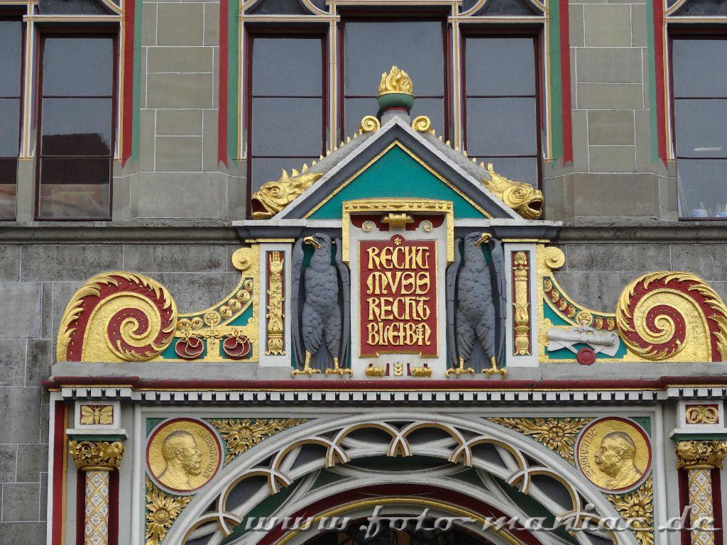 Inschrift über dem Eingang zum prachtvollen  Landgerichts Halle