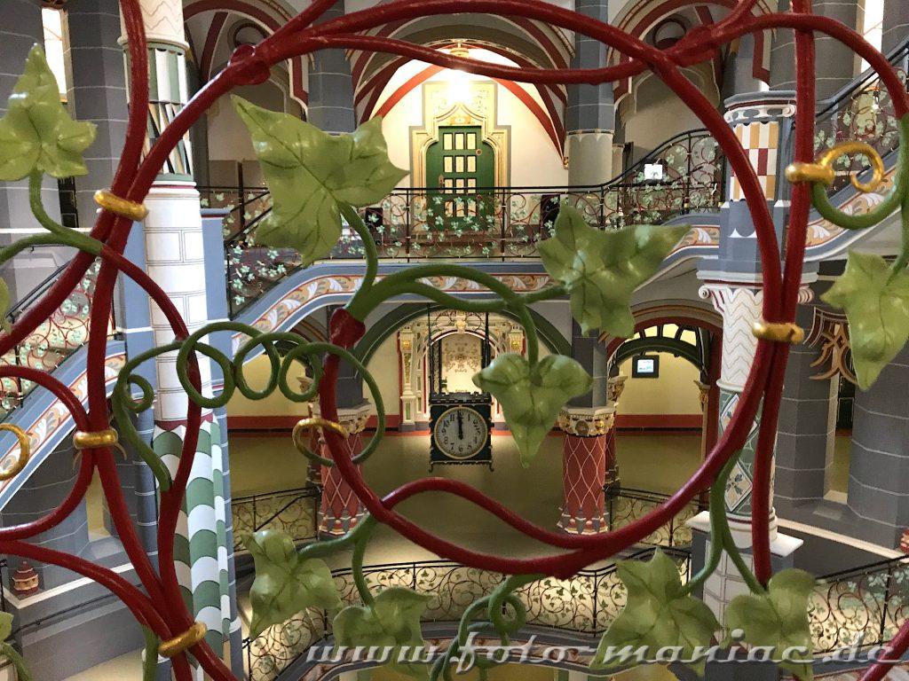 Blick durch die Treppenverzierung im prachtvollen Landgericht in Halle