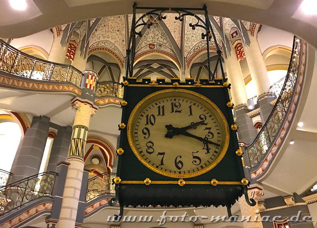 Reich verzierte Uhr im prachtvollen Landgericht in Halle