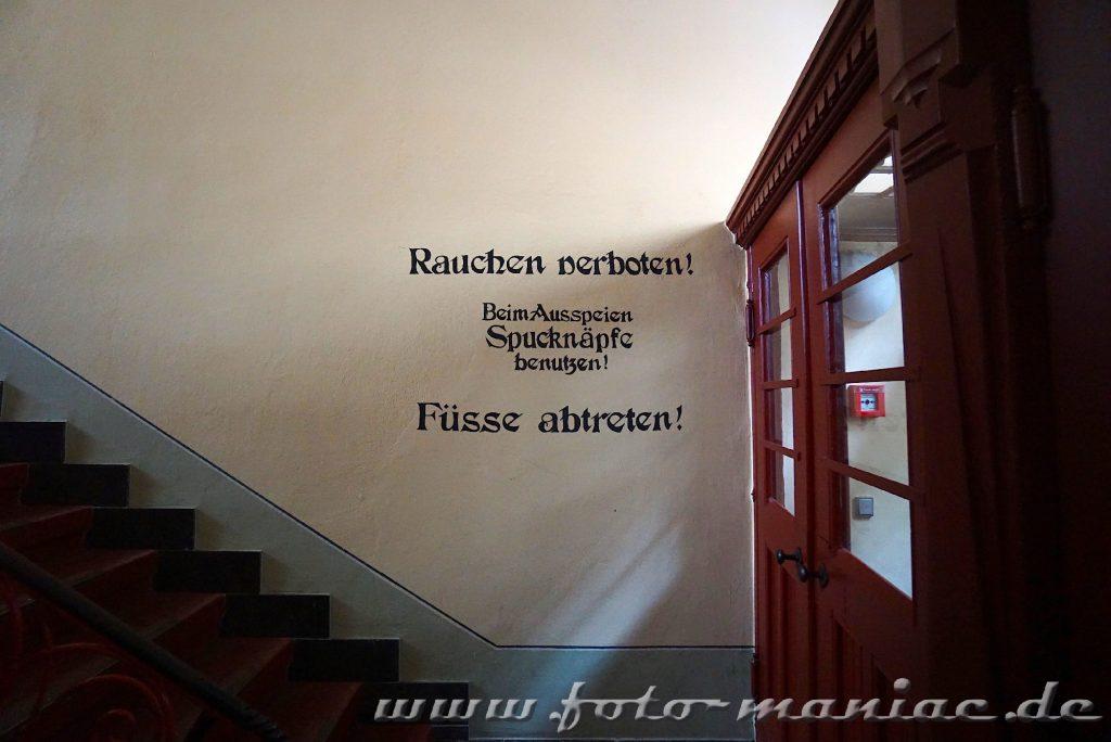 Hinweis für Besucher im prachtvollen Landgericht in Halle