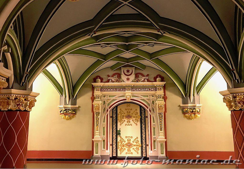 Schön verzierte Türen im prachtvollen Landgericht in Halle