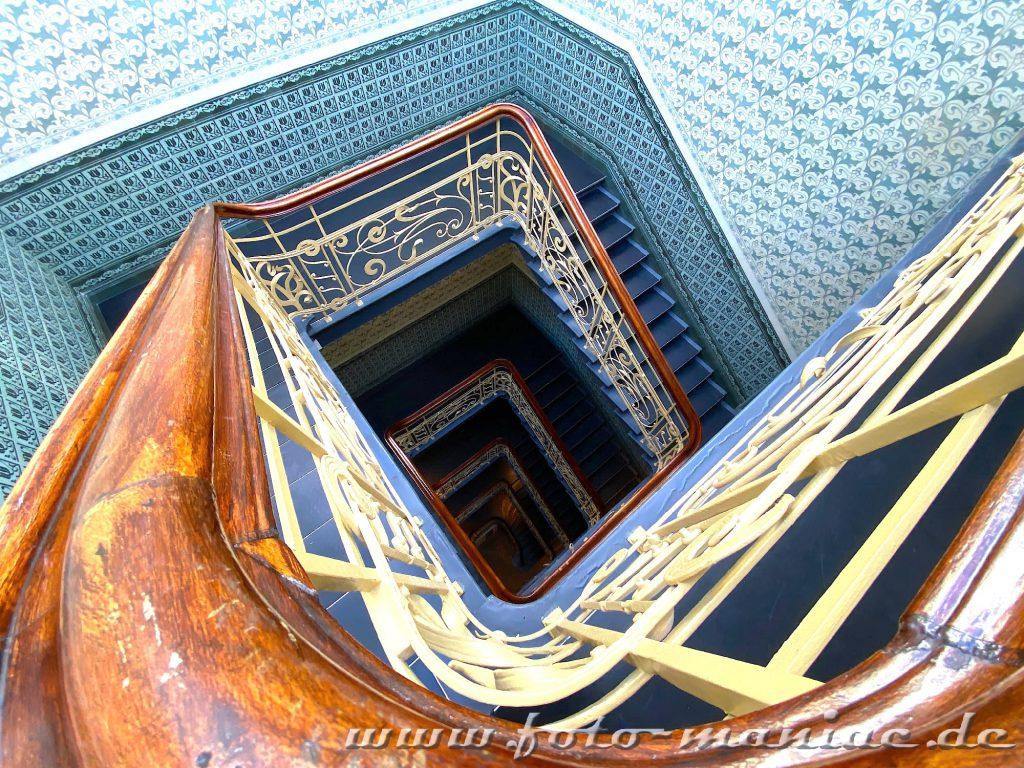 Hamburgs schöne Spiralen - eine Treppe im Holstenhof