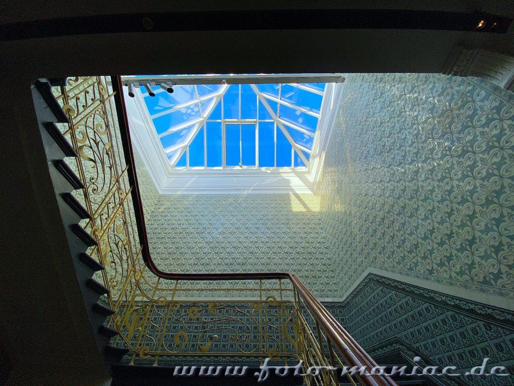 Hamburgs schöne Spiralen - Treppe im Holstenhof