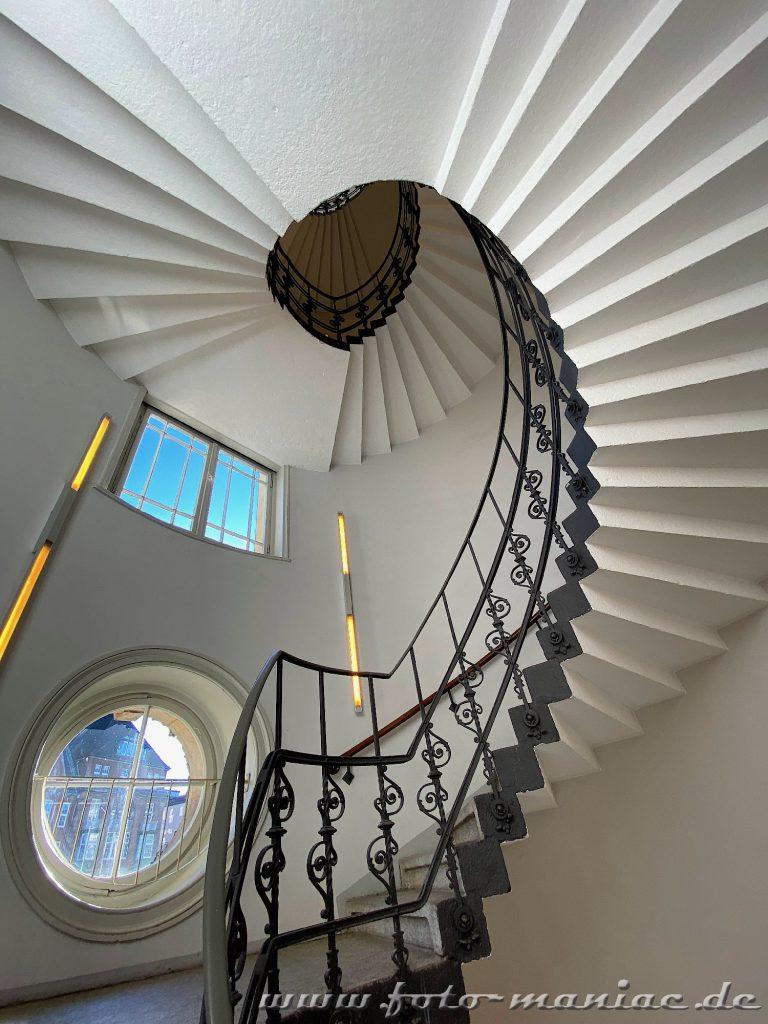 Hamburgs schöne Spiralen - schöne Treppe in Alter Postdirektion