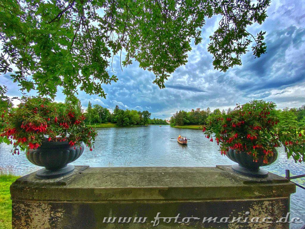 Von der Brücke kann man den Booten im idyllischen Wörlitzer Park zuschauen