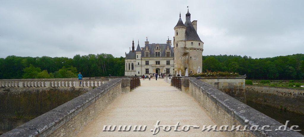 Von dicken Mauern flankierter Weg zum Schloss