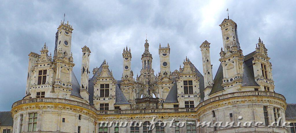 Die Kamine und Türmchen vom majestätischen Chateau Chambord erinnern an Schachfiguren