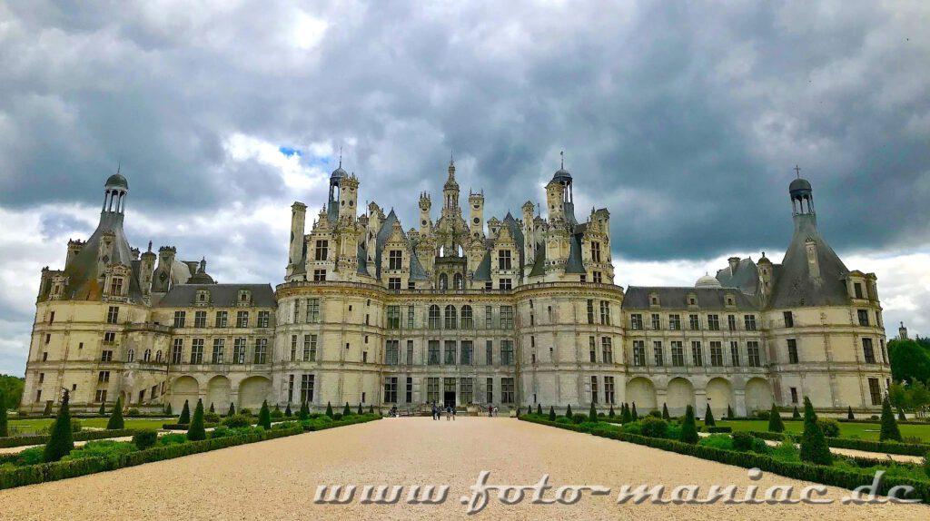 Dunkle Wolken über dem majestätischen Chateau Loire