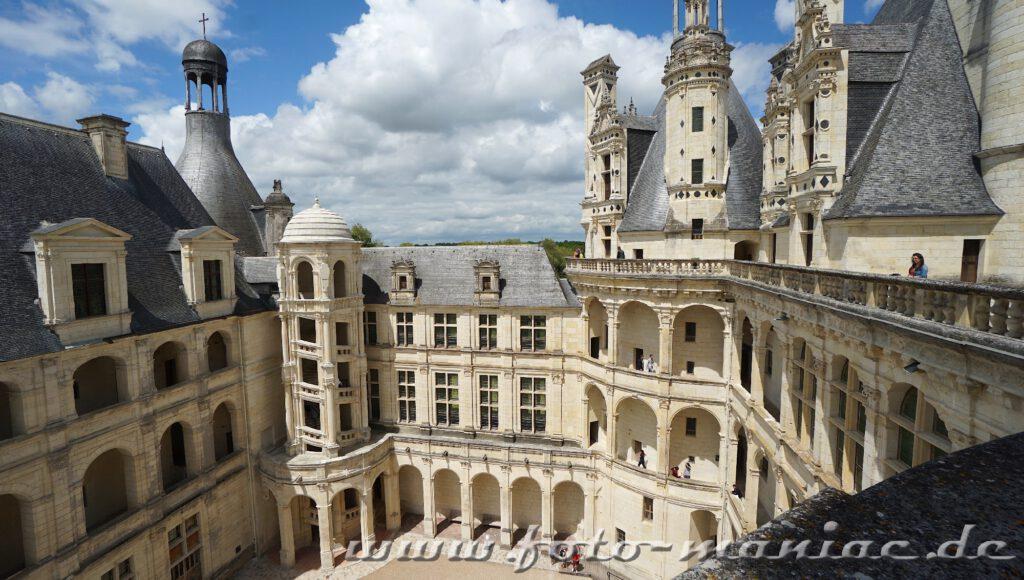 Blick aus die nach außen geöffnete Wendeltreppe vom majestätischen Chateau Chambord