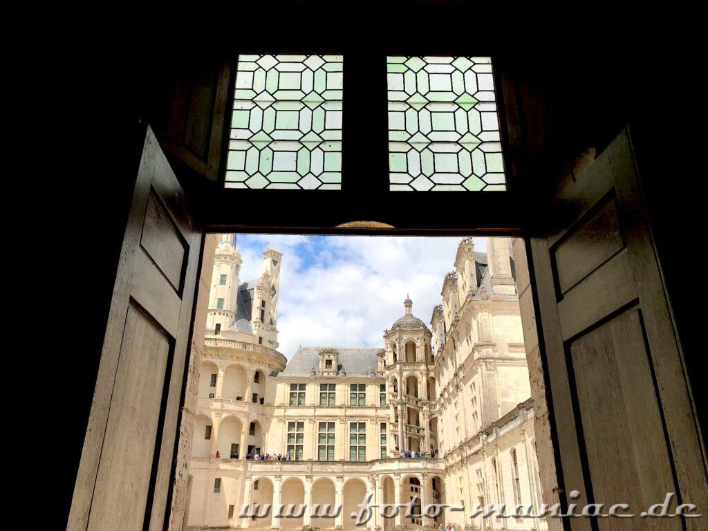Blick durch eine Tür auf den Innenhof von Chateau Chambord