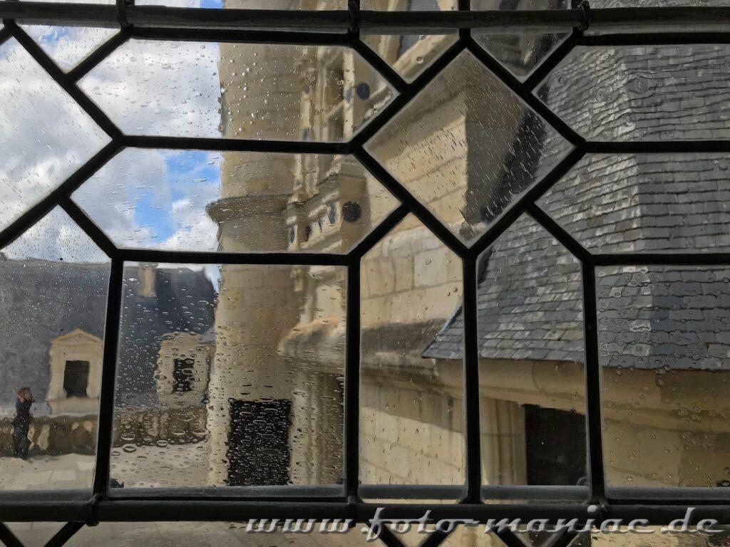 Blick durchs Fenster auf die Dachterrasse