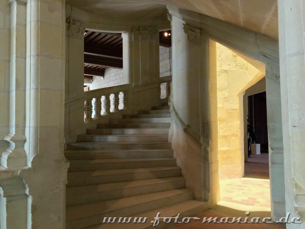Aufstieg auf der doppelläufigen Treppe im majestätischen Chateau Chambord