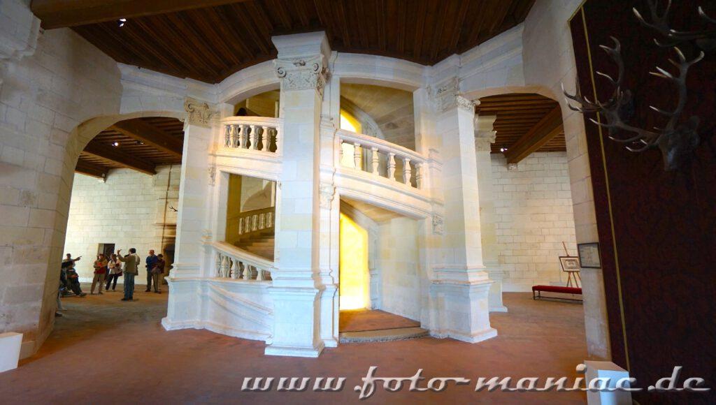 Im Mittelpunkt des Donjon vom majestätischen Chateau Chambord liegt die doppelläufige Treppe