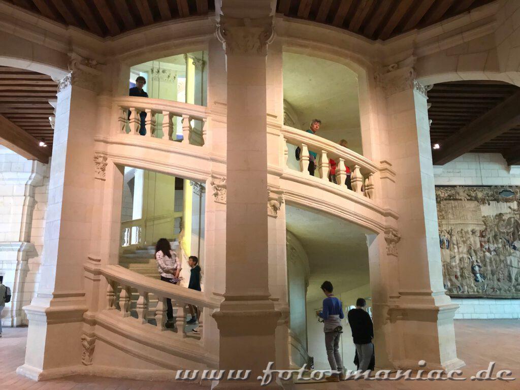 Die hoch- und runterlaufenden Besucher begegnen sich auf der doppelläufigen Treppe im majestätischen Chateau Chambord nicht