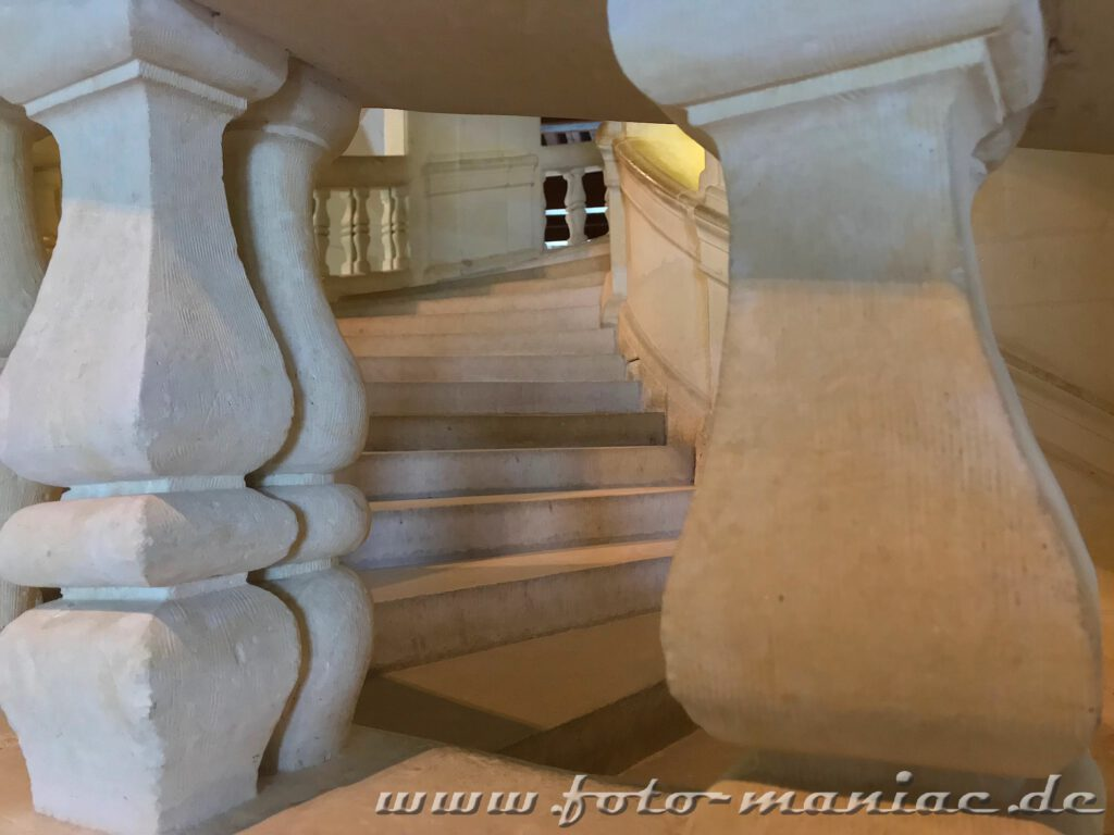 Blick durch das Treppengeländer