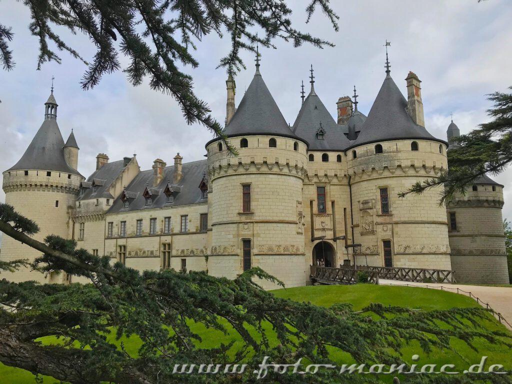 Das burgähnliche Chateau Chaumont mit seinen dicken Rundtürmen