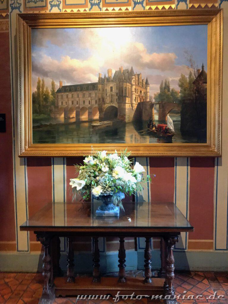 Bumengesteck vor einem Gemälde von Chateau Chenonceau