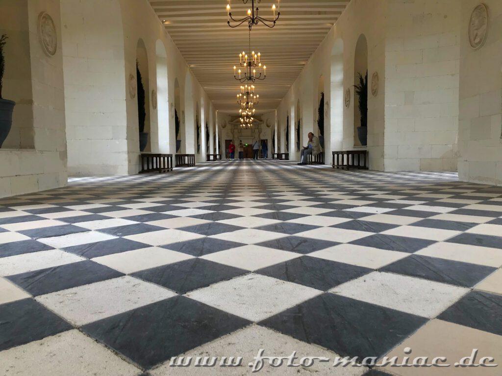 Schwarz-weißgefließter Boden der Galerie in Chateau Chenonceau