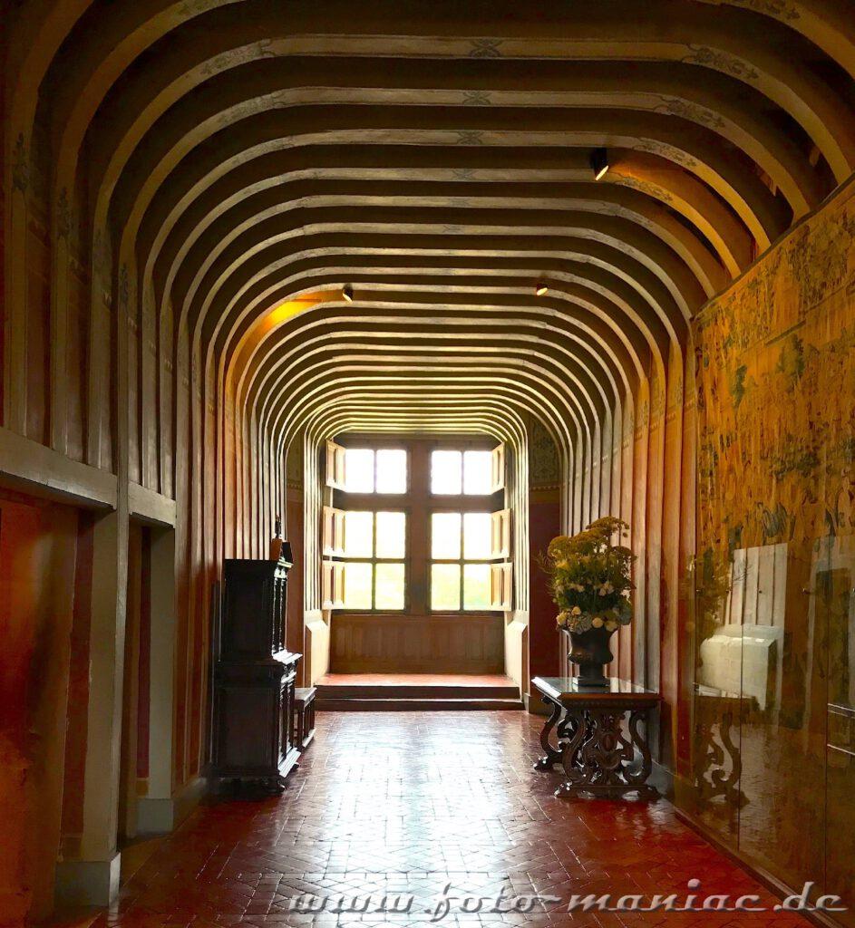 Treppenhaus mit gewölbter Holzdeck