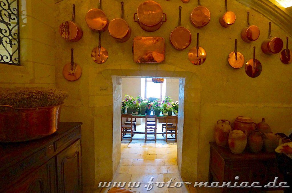 Kupferpfannen und Töpfe hängen an der Wand