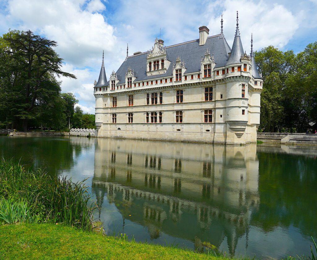 Das traumhafte Chateau Azay-le-Rideau spiegelt sich im Wasser