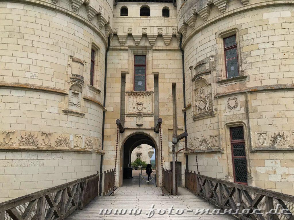 Der Eingang zum burgähnlichen Chateau Chaumont führt über eine Kettenbrücke