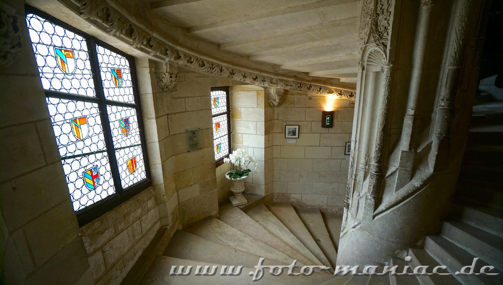 Treppenhaus mit Bleiglasfenstern im Chateau Chaumont