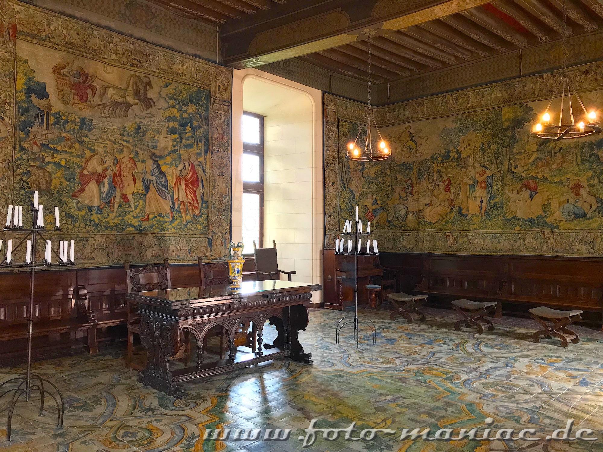 Dim Rittersaal hängen kostbare Wandteppiche