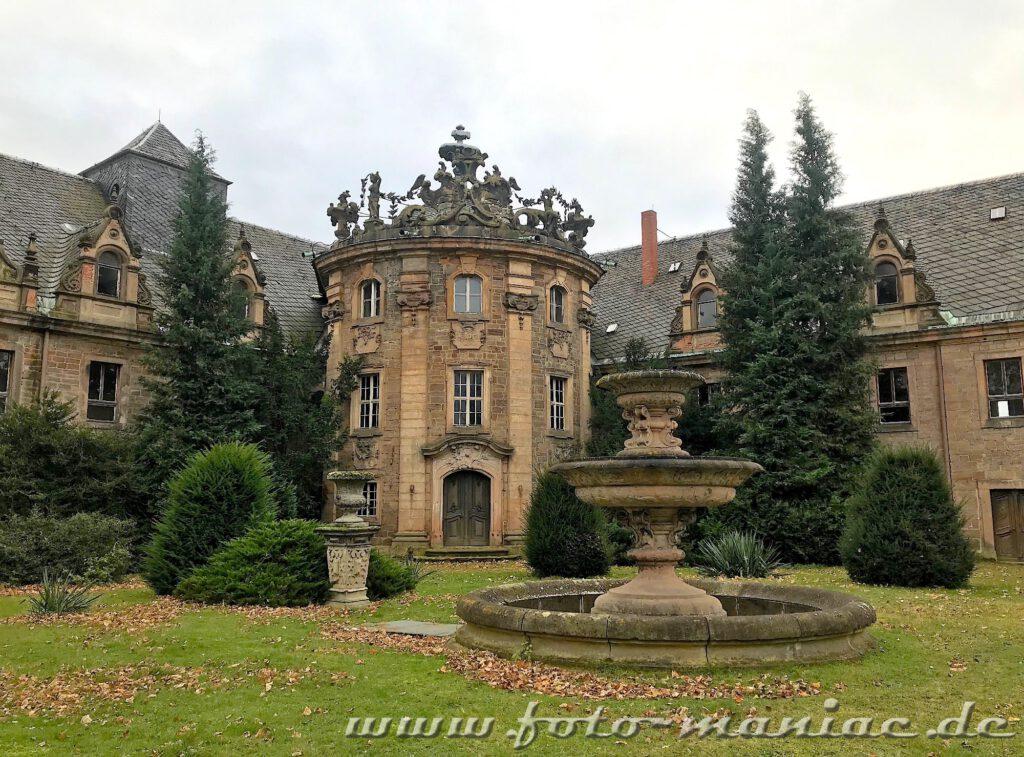 Das traumhafte Schloss Vitzenburg mit schönem Brunnen