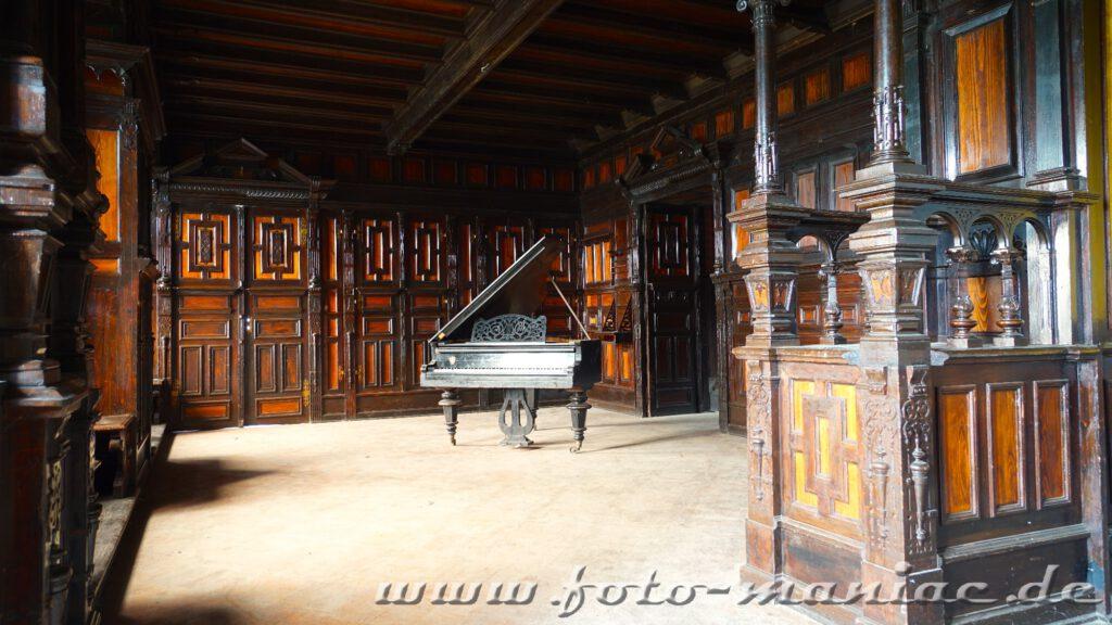 Flügel inmitten eines holzvertäfelten Raums im traumhaften Schloss Vitzenburg