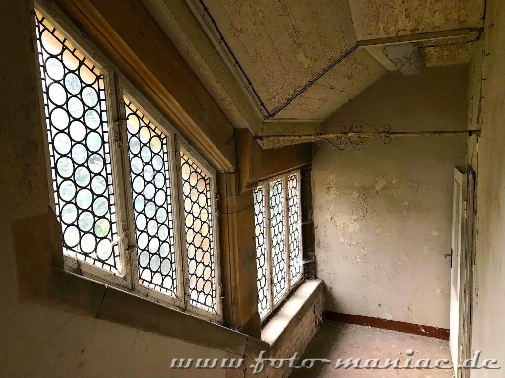 Treppenaufgang mit bleiverglasten Fenstern im traumhaften Schloss Vitzenburg