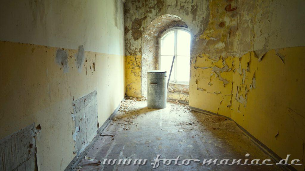 Farbe blättert von den Wänden