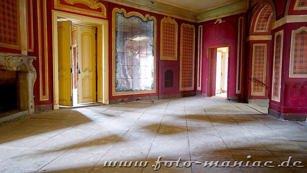 Von überall fällt Licht durch die Türen ins dekorative Treppenhaus vom traumhaften Schloss Vitzenburg