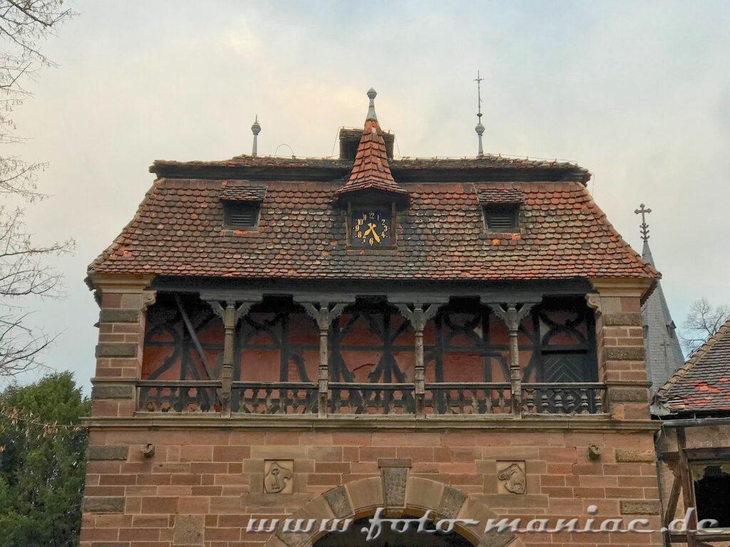 Ein Gebäude des traumhaften Schlosses Vitzenburg mit alter Uhr