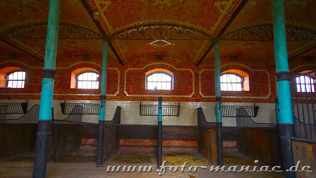 Blick in den Pferdestall mit seiner dekorativen Wand- und Deckengestaltung - ein Highlight im traumhaften Schloss Vitzenburg