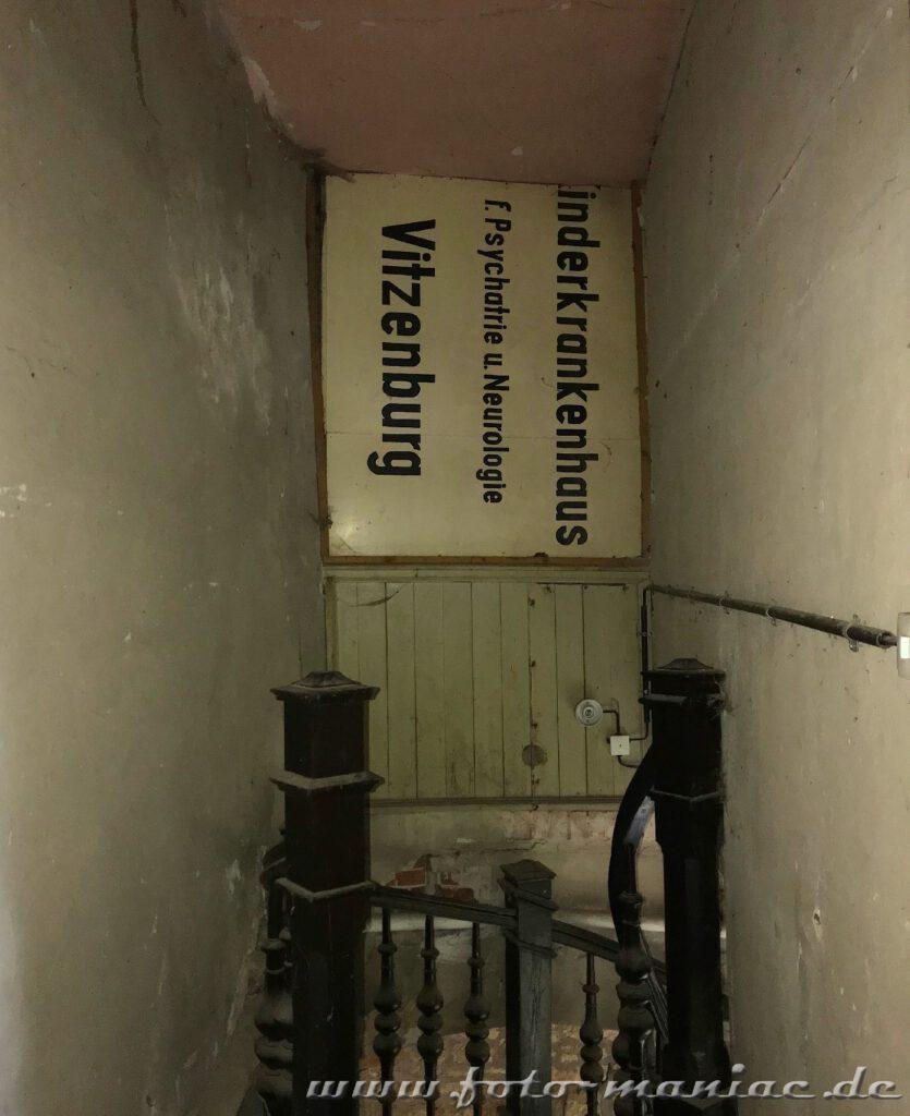 Schild Kinderkrankenhaus vor der Treppen im traumhaften Schloss Vitzenburg