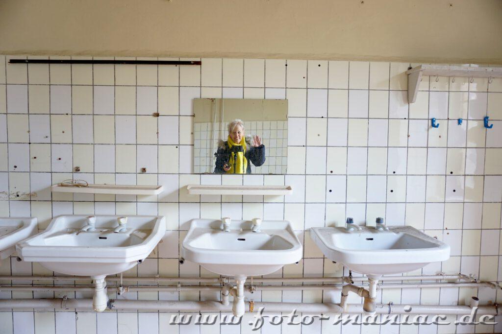 Mein winkendes Spiegelbild über Waschecken