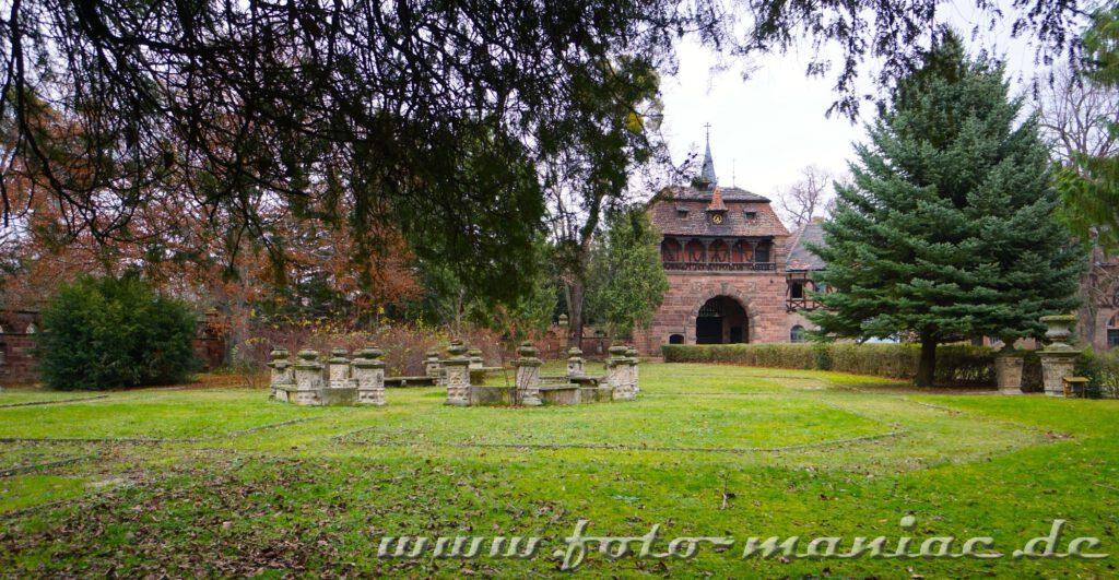 Blick auf ein Rondell im Garten vom traumhaften Schloss Vitzenburg