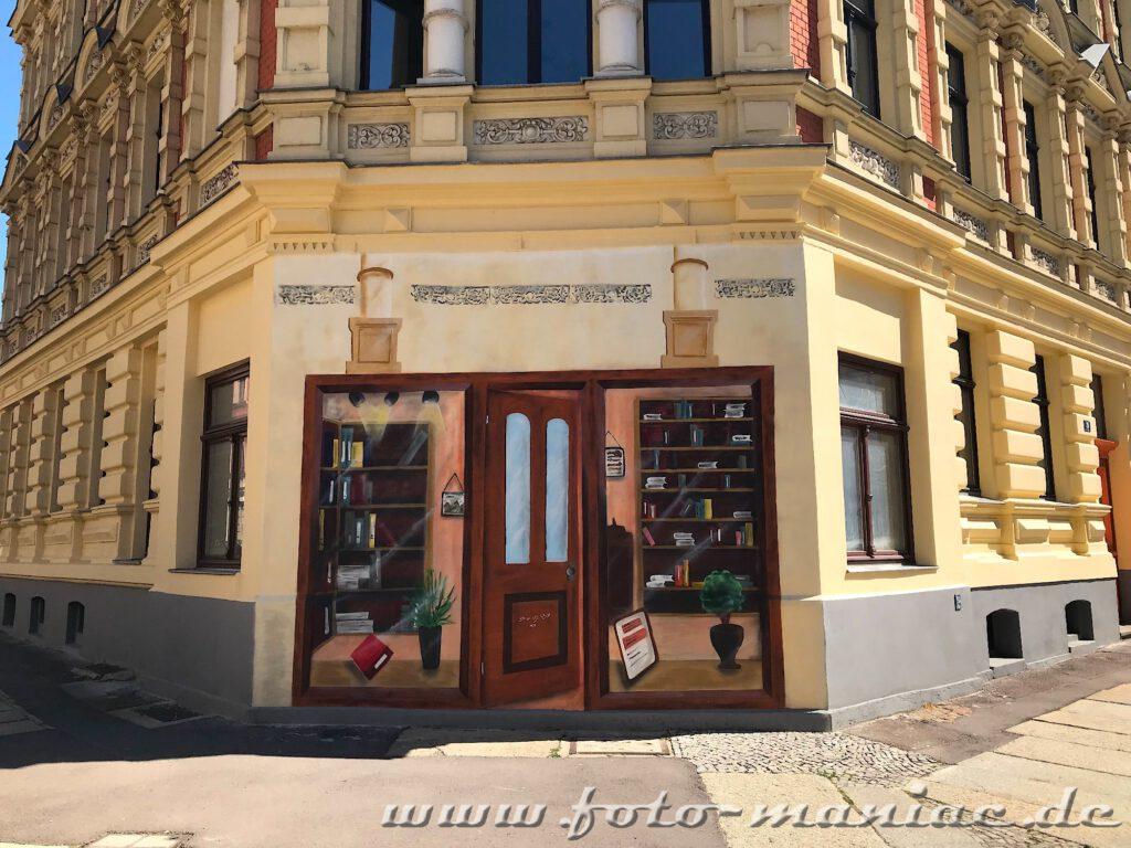 Auf die Ecke eines Hauses einen Eingang zu einem Buchladen gemalt