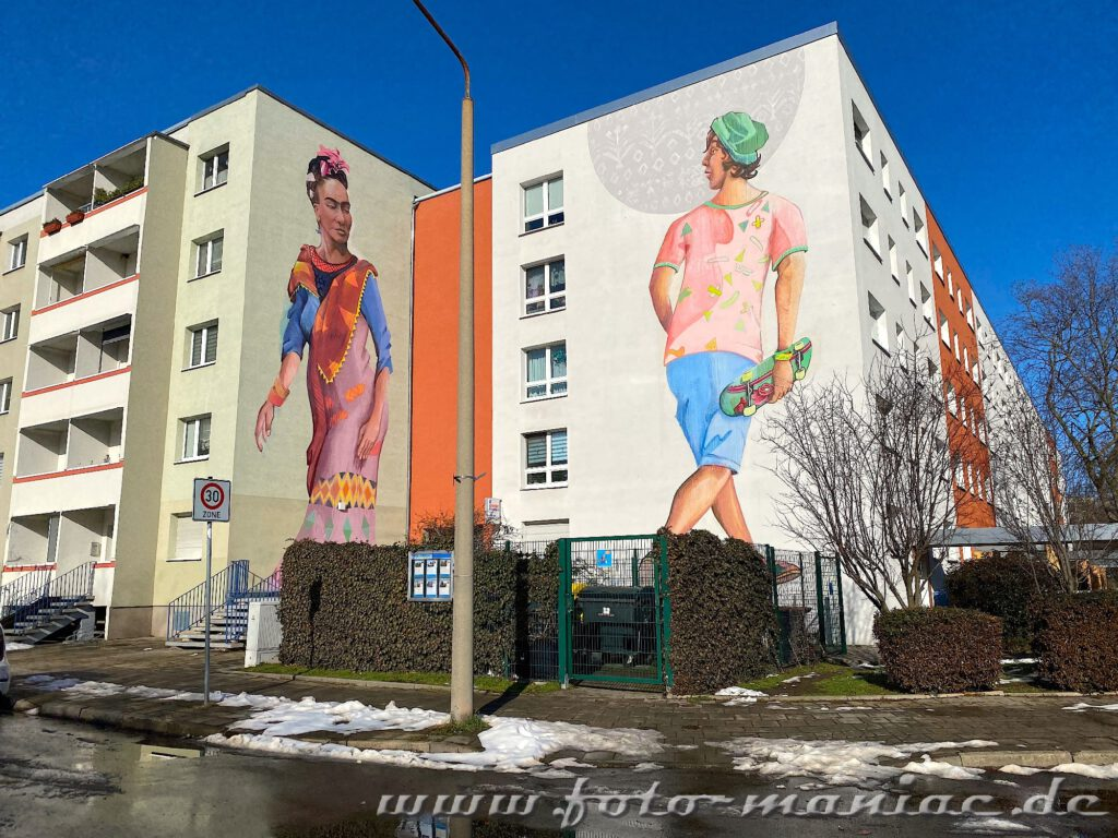 Schöne Graffiti zeigen die Künstler Frieda Kahlo und einen Skates an den Giebelwänden