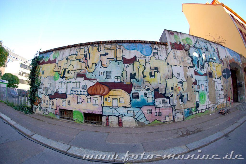 Mit Fisheye fotografierte bunte Graffiti-Mauer