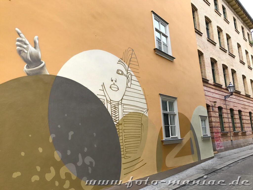 Mann auf einer Fassade