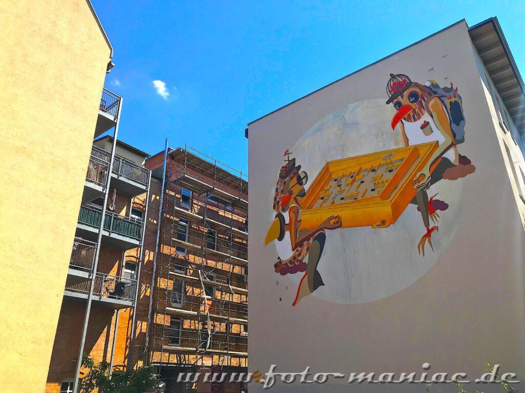 Giebelwand-Graffito: Zwei Vögel vor einem Tisch-Flipper