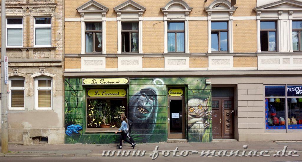Zwei Passanten vor einem Affen-Graffito