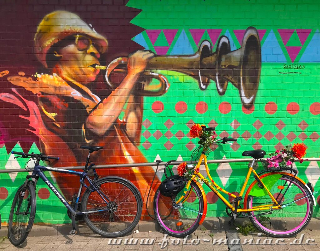 Schöne Graffiti - Miles Davis bläst zwischen Fahrrädern Trompete