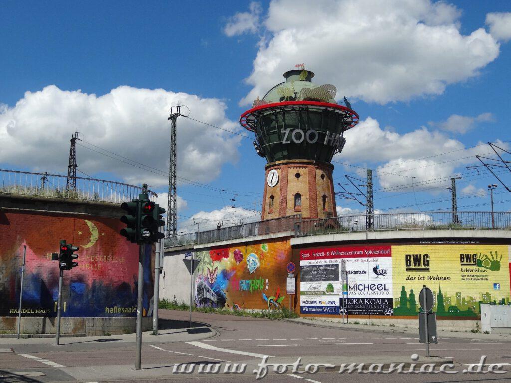 Wasserturm mit Zoo-Werbung hinter Graffiti-Wand der Freiraumgalerie