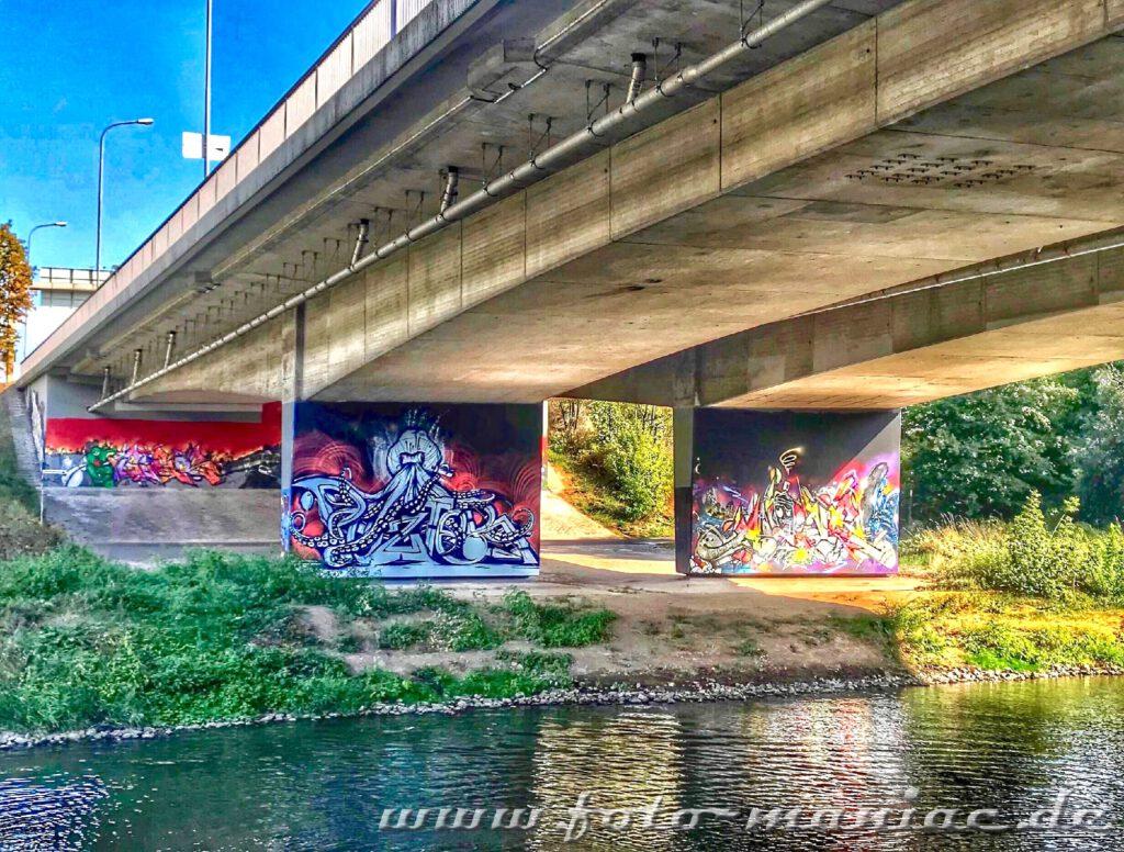 Schöne Graffiti an Brückenpfeilern