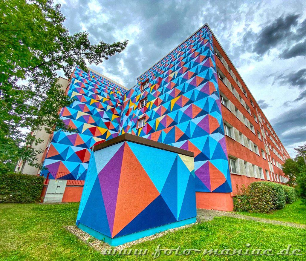Schöne Graffiti - Grafisches Muster an Plattenbau-Fassaden