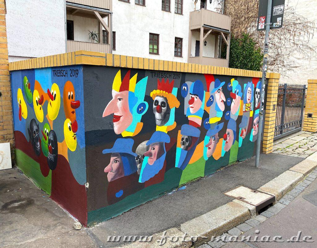 Phantasiefiguren auf eine Mauer gemalt