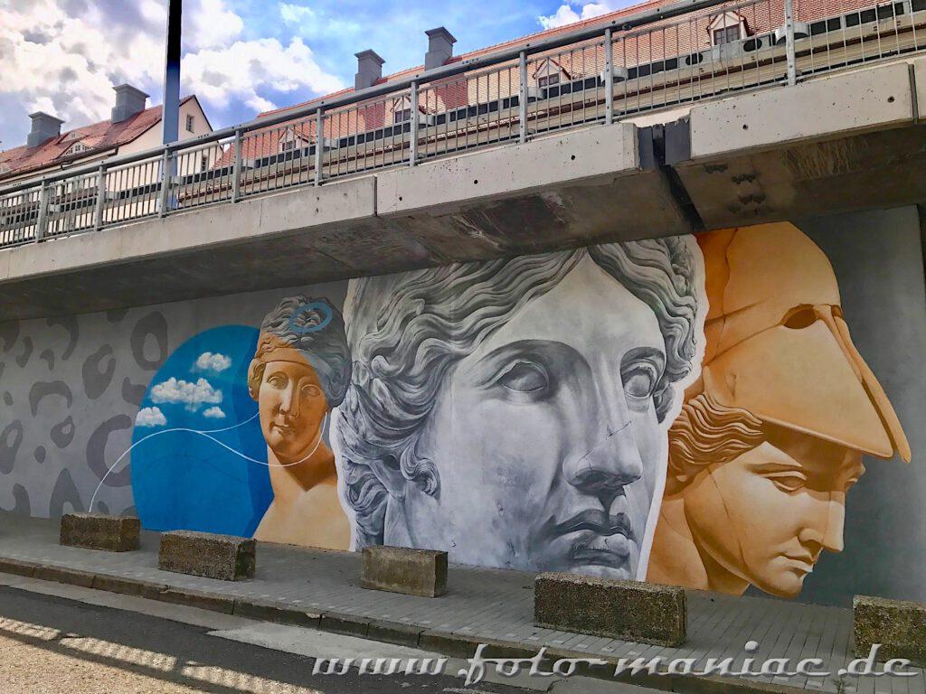 Schöne Graffiti in Halle - Drei antike Köpfe an einer Stützwand der Magistrale